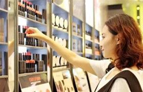 """看仔细了,你买到的""""网红""""化妆品可能是假货"""