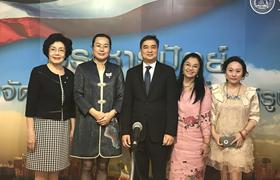 泰国民主党主席阿披实会见中国纹绣艺术代表团
